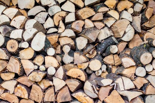 きちんと積み重ねられた薪、寒い冬の燃料