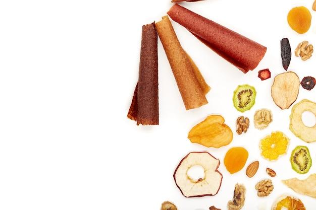 きちんと積み重ねられたフルーツトローチのさまざまな色とナッツ