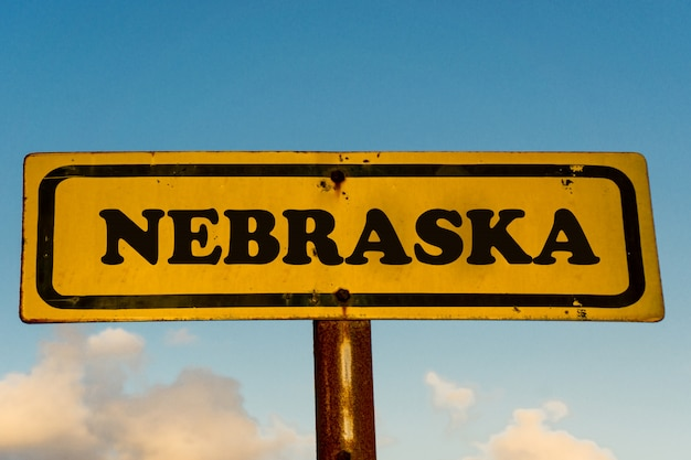 青い空と古い黄色の看板にネブラスカ州