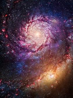 무지개 색의 성운 밤 별이 빛나는 하늘. 여러 가지 빛깔의 우주 공간. 행성 지구에서 멀리 많은 광년 깊은 우주에서 스타 필드와 성운. 제공된이 이미지의 요소