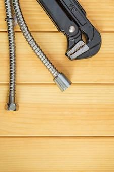 Необходимый набор инструментов и шлангов для сантехников