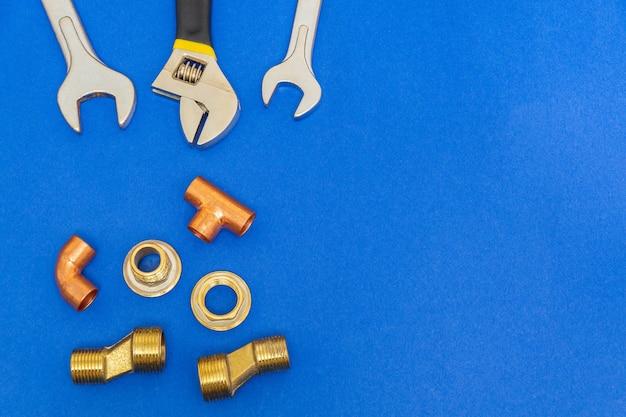 広告のためのスペースと青い背景で隔離の配管に必要なツールのセット