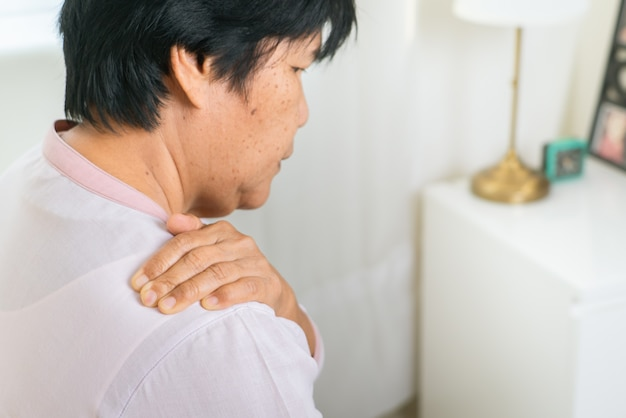 Боль в шее и плечах пожилой женщины, проблема здравоохранения старшей концепции