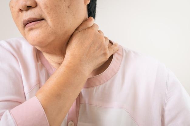 老婆の首と肩の痛み、シニアコンセプトの医療問題