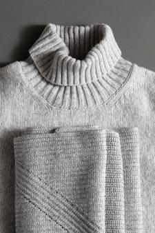 넥 그레이 니트 스웨터 및 니트 스카프 접힘