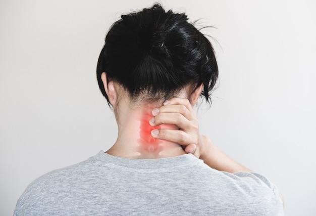 목 통증. 고통스러운 지점에서 목을 만지는 사람