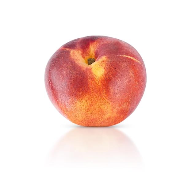 그림자와 반사 흰색 배경에 고립 된 천도 복숭아 과일