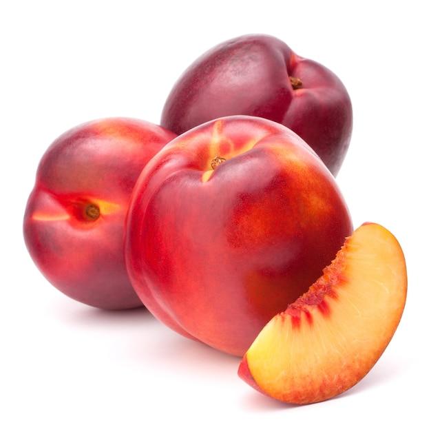 白い背景の切り欠きに分離されたネクタリン果実