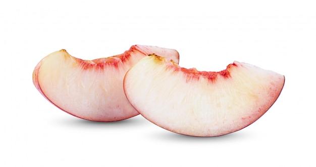 白い背景に分離されたネクタリンフルーツスライス