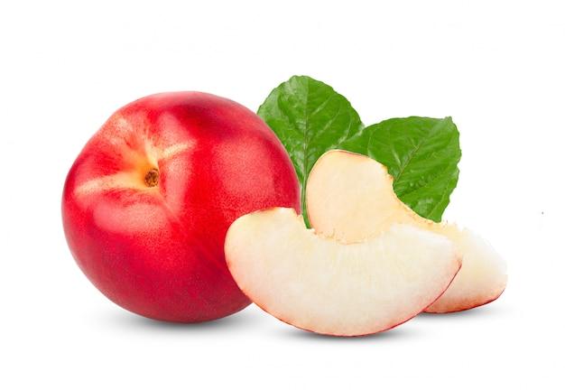 白いテーブルの上の葉を持つネクタリンフルーツ。