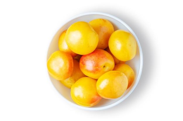 복숭아. 하얀 접시에 잘 익은 열매. 흰색으로 격리.
