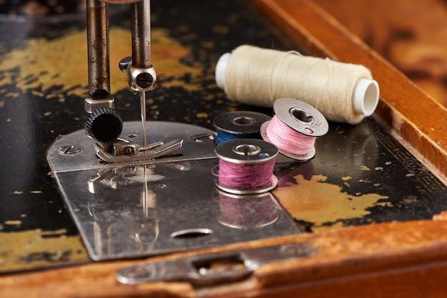 古いミシンの針とスプール