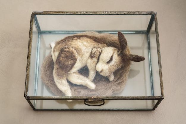 Войлочный кролик игольчатый