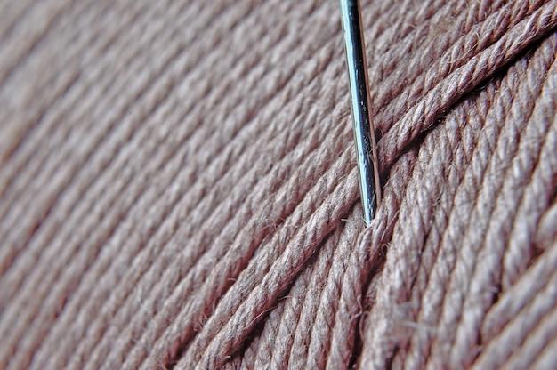 糸のスプールに針を入れます。大きい