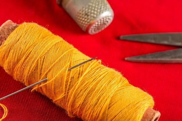 糸と指ぬきの針