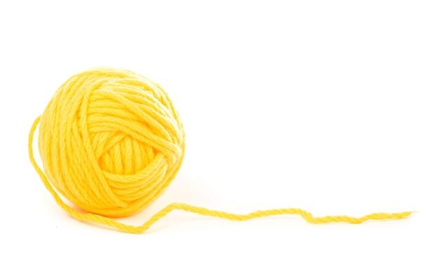 白地に編み物用の針。