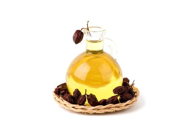 Ним или азадирахта индика сушеные фрукты и масло, изолированные на белом фоне.