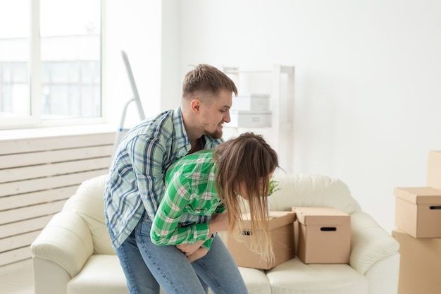 カップルの虐待と家族の戦いの概念の夫と妻の否定的な感情が主張し、叫んでいる