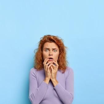 부정적인 표정. 의아해 불쾌한 여성이 충격을받은 모습