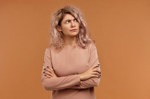 부정적인 인간의 감정, 태도 및 반응. 불만을 표현하는 얼굴 피어싱을 착용하고 불쾌한 화가 난 유럽 소녀