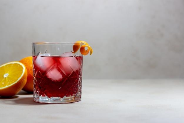 네그로 니 칵테일. 쓴맛, 진, 버몬트, 얼음. 바. 조리법. 알코올 음료.
