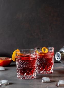 네그로 니 칵테일. 쓰라린, 진, 버몬트, 얼음. 바. 요리법. 알코올 음료.