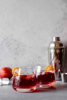 네그로 니 칵테일. 쓰라린, 진, 버몬트, 얼음. 바. 요리법. 알코올 음료. 프리미엄 사진
