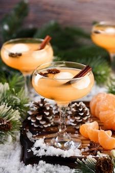 Коктейль негрони. бурбон с корицей с мандариновым соком и звездчатым анисом. идеальный уютный коктейль для холодных зимних вечеров.