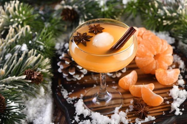 Коктейль негрони бурбон с корицей с мандариновым соком и звездчатым анисом