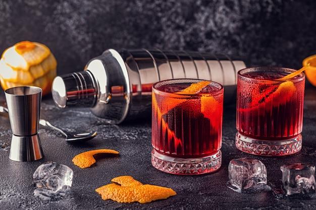 Negroni 칵테일 오렌지 껍질과 얼음, 선택적 포커스.