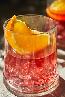 オレンジと氷のスライスとネグロニカクテル