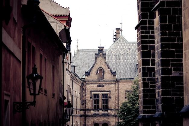Неоготический дом недалеко от базилики святого георгия. прага, чехия