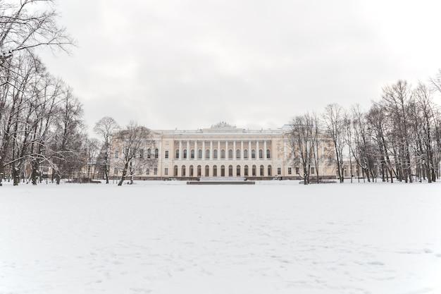 Неоклассическое здание в парке зимой.