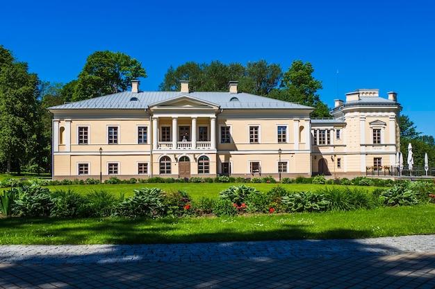 リトアニア、ジャシウナイの邸宅の新古典主義様式の特徴と特定の特徴