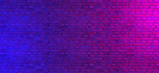 Неоновый свет на кирпичной стене