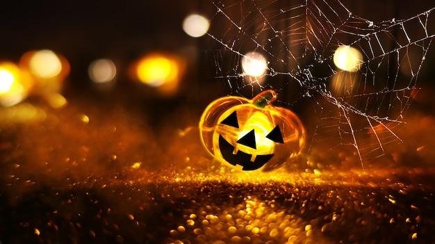 추상 흐리게 bokeh 배경에 네온 빛나는 호박 머리. 거미줄과 호박 축제 할로윈 배경입니다.