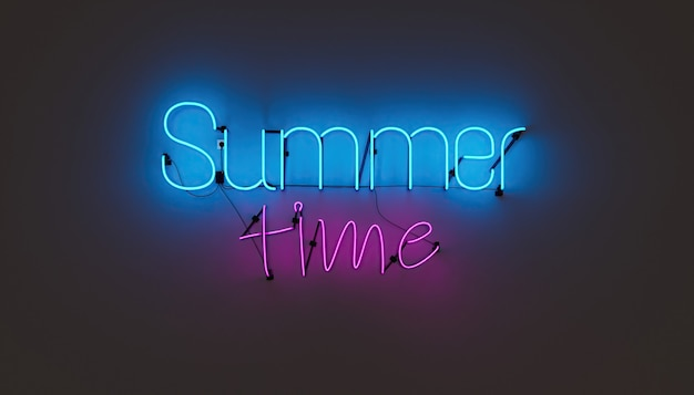 평범한 벽에 summer time이라는 글자가 새겨진 네온 램프