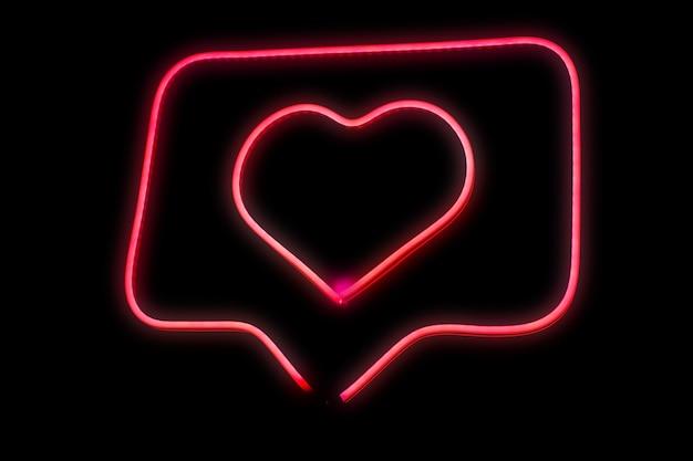 고립 된 채팅 거품 상자에 네온 라이트 핑크 하트 사랑 성장