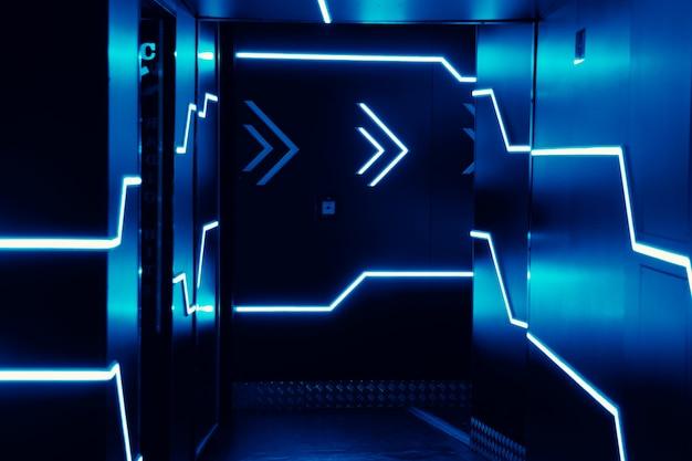 Неоновые огни на входе в ночной клуб. ярко-синие огни