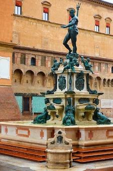Фонтан нептуна на площади пьяцца маджоре в болонье, италия