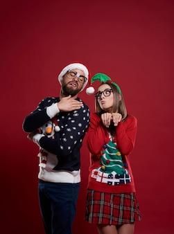 孤立したクリスマスの時期のオタクカップル