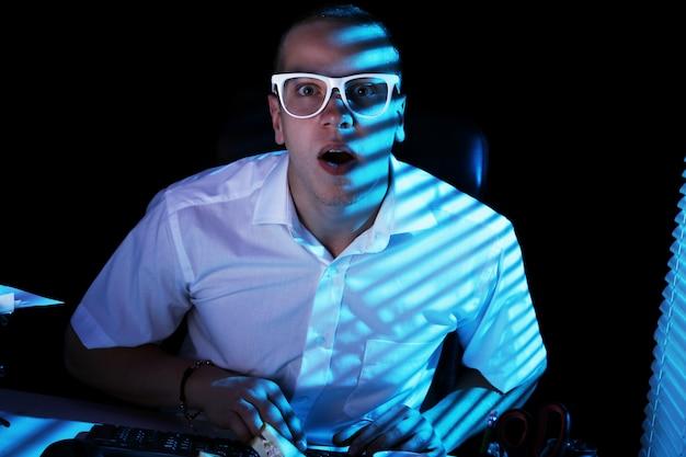 Nerd серфинг в интернете в ночное время