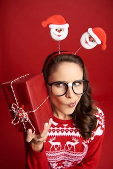 Donna nerd curiosa del regalo di natale