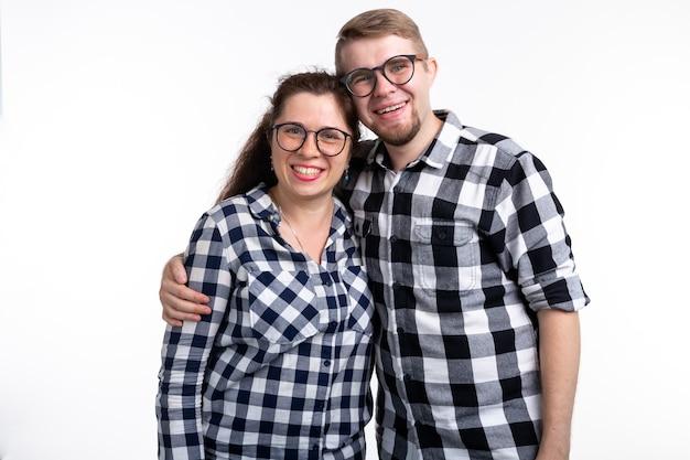 바보, 괴짜, 안경을 쓰고 재미있는 사람들 개념-안경에 재미 있은 부부는 흰색에 껴안고있다