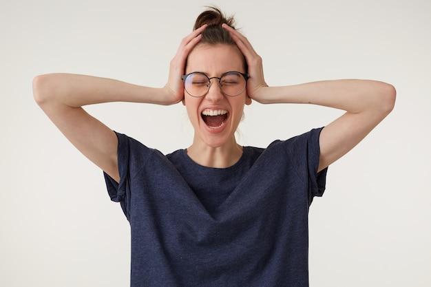 Una donna nervosa in preda al panico grida chiudendo gli occhi e tenendosi la testa