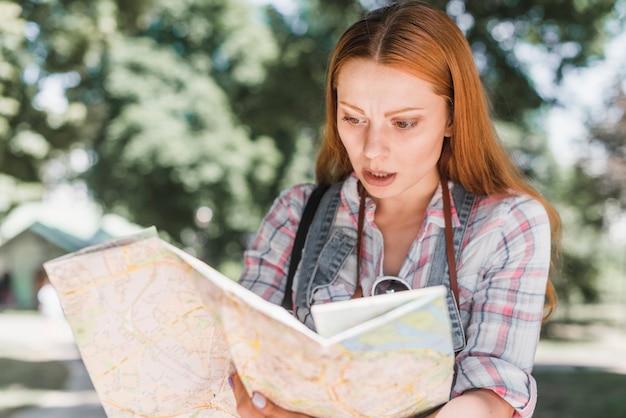 Нервная женщина с картой города