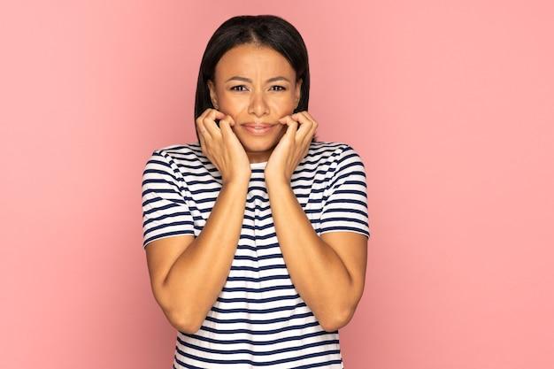 긴장하고 걱정하는 여성은 직장에서 나쁜 소식을 듣고 충격을 받고 두려워하며 절망하고 스트레스를 받습니다.