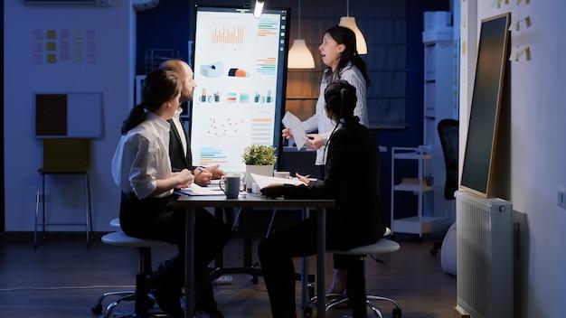 회의실에서 일하는 동안 비명을 지르는 초조한 기업가 여성