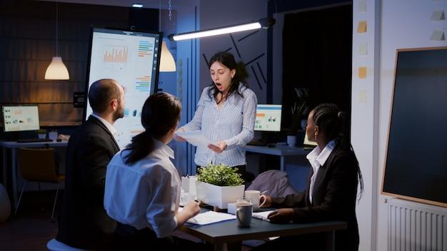 회의 사무실에서 과로하는 동안 비명을 지르는 초조한 짜증 사업가