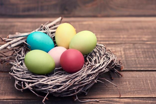 Nido pieno di uova di pasqua fatte a mano